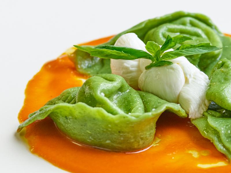 « Tortelli » au Cœur de Mozzarella, Sauce Tomate Emulsionnée à l'Huile d'Olive et Basilic