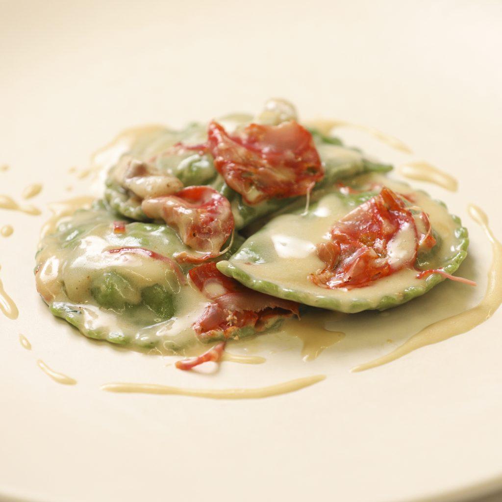 « Lunotti » Farcis à la Mousse de Brocoli, Filet de Bar et Sauce au Chorizo
